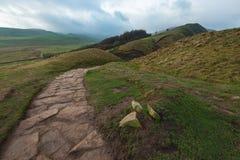 一条小岩石道路通过高峰区的小山运行 库存照片
