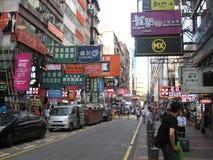 一条拥挤的街充分签到旺角,香港 图库摄影