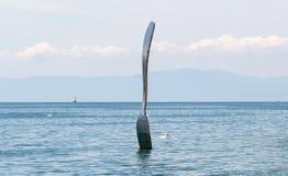 一把叉子的雕塑在湖 库存照片