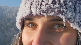 一愉快的年轻女人的眼睛的特写镜头在冬天 股票视频