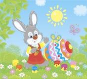 一点上色复活节彩蛋的兔宝宝 免版税库存照片
