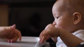 一点小心地吮有食物残余的逗人喜爱的孩子匙子  影视素材