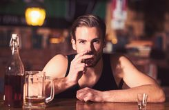 一规则酒精喝 有短的酒精饮料的酒精上瘾者 喝在酒吧柜台的醺酒的人 人饮料 免版税图库摄影