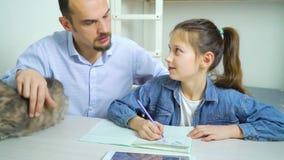 一起做家庭作业和猫的父亲和女儿单亲家庭  股票录像