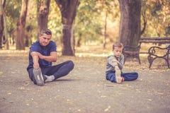 一起行使的父亲和的儿子户外 图库摄影
