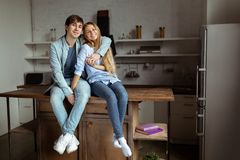 一起花费时间的可爱的美好的夫妇在厨房里 库存图片