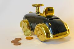 一辆新的汽车的攒钱 库存照片