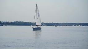 一艘帆船在一个美丽的湖中间站立 美丽的水 影视素材