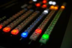 一部分的专业控制台音频混合 库存图片