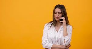 乏味傲慢千福年的女孩谈话在电话 股票视频
