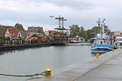 乐坝,波兰-在乐坝镇口岸的2014 8月25日,社论渔船在波罗的海海岸的 免版税库存照片