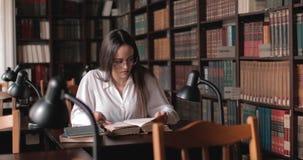 书女孩图书馆读取 影视素材