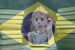 书 课本 有白发的一个女孩将学会葡萄牙语 库存图片