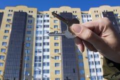 买一个新房的贷款或银行信贷 有钥匙安置 买物业和销售的不动产机构和地产商 库存照片