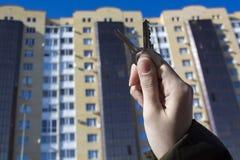 买一个新房的贷款或银行信贷 有钥匙安置 买物业和销售的不动产机构和地产商 免版税库存图片