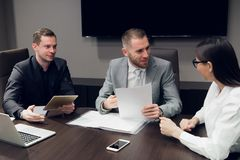 买卖人一起谈论在会议室在会议期间在办公室 免版税库存照片