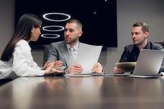 买卖人一起谈论在会议室在会议期间在办公室 库存照片