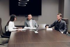 买卖人一起谈论在会议室在会议期间在办公室 库存图片