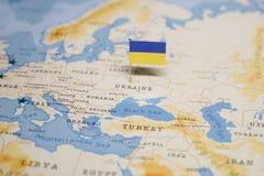 乌克兰的旗子世界地图的 免版税图库摄影