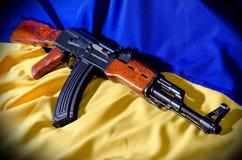 乌克兰的旗子有步枪的 免版税库存照片