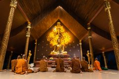 乌汶叻差他尼,泰国- 2019年2月18日:小组和尚是圣歌在晚上在Makha布哈天前在Wat Phu prao 库存照片