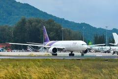 乘出租车在普吉岛机场跑道的飞机  免版税库存照片