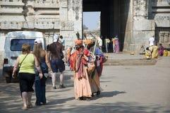 亨比,印度- 2009年2月8日:印度修士和善地招呼欧洲游人 免版税库存照片