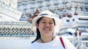 享用为旅行的亚裔夫人在郑王寺 泰国 微笑的照相机 影视素材