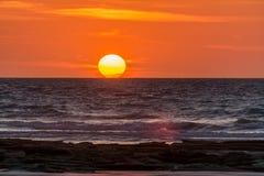 亲吻五颜六色的日落的太阳海洋在布鲁姆WA 免版税图库摄影