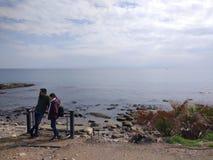 人们在一好日子喜欢走通过在海滩的安塔利亚边 库存图片