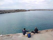 人们在一好日子喜欢走通过在海滩的安塔利亚边 免版税库存照片