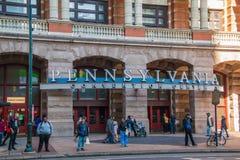 人们在宾夕法尼亚会议中心前面的看的身分,在大门罩下在费城 库存照片