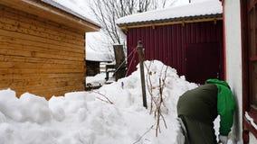 人在房子附近清洗雪 股票视频