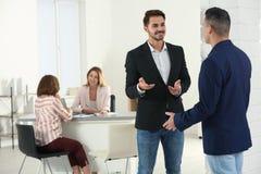 人力资源经理讲话与申请人在面试前 免版税库存照片