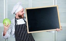 人厨师帽子围裙举行黑板拷贝空间 食谱概念 逐步烹调可口膳食 今天的菜单 列表 图库摄影