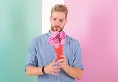 人准备好在日期带来桃红色花 她的最佳的花 男朋友确信的举行花束等待的日期 强壮男子 图库摄影