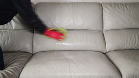 人喷洒的液体&抹皮革沙发 股票录像
