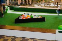 人演奏Snookball -比赛新的体育 Snookball结合橄榄球和台球愿意考虑新的体育 库存照片