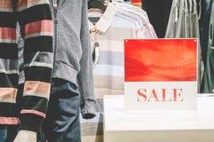 人时尚衣裳零售店促销在购物中心 库存照片