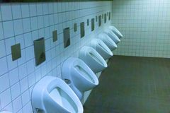 人洗手间室内现代男性 免版税库存照片