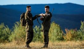 人猎人友谊  军服时尚 军队力量 伪装 狩猎技能和武器设备 如何 免版税库存图片