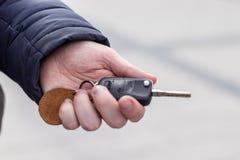 人的手在遥控汽车报警系统按 库存图片