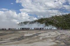 人观察盛大多彩喷泉 免版税库存图片