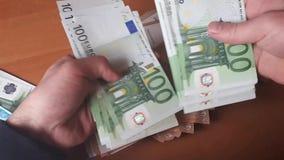 人计数金钱 欧洲钞票在手中 影视素材