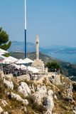 人顶视图一家餐馆的在与亚得里亚海的山上面在背景中 免版税库存照片
