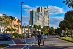 人骑马人力车脚蹬在凯悦饭店背景的出租汽车自行车在国际推进地区 库存照片
