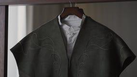 人` s夹克在一个挂衣架垂悬在屋子里 股票录像