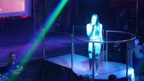 亚裔女孩流行白色舞蹈的歌手并且唱命中 股票视频