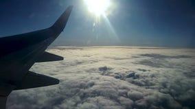 云彩和天空如进行下去航空器的窗口 股票录像