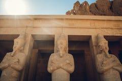 了不起的埃及法老王的雕象在卢克索神庙,埃及 免版税库存图片
